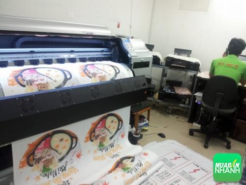 In poster các loại trực tiếp bằng máy in khổ lớn hoạt động theo công nghệ Nhật Bản cho thành phẩm in màu sắc tươi sáng, hình ảnh đẹp, rõ