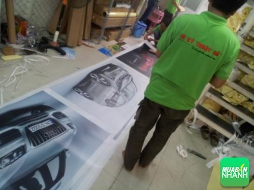 Nhân viên QuangCaoDep trực tiếp gia công hộp đèn backlit film cho khách hàng